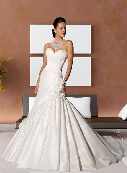 просите сотрудников салона, предоставляющего свадебные платья напрокат, показывать только те из них, которые свободны на дату предстоящего бракосочетания