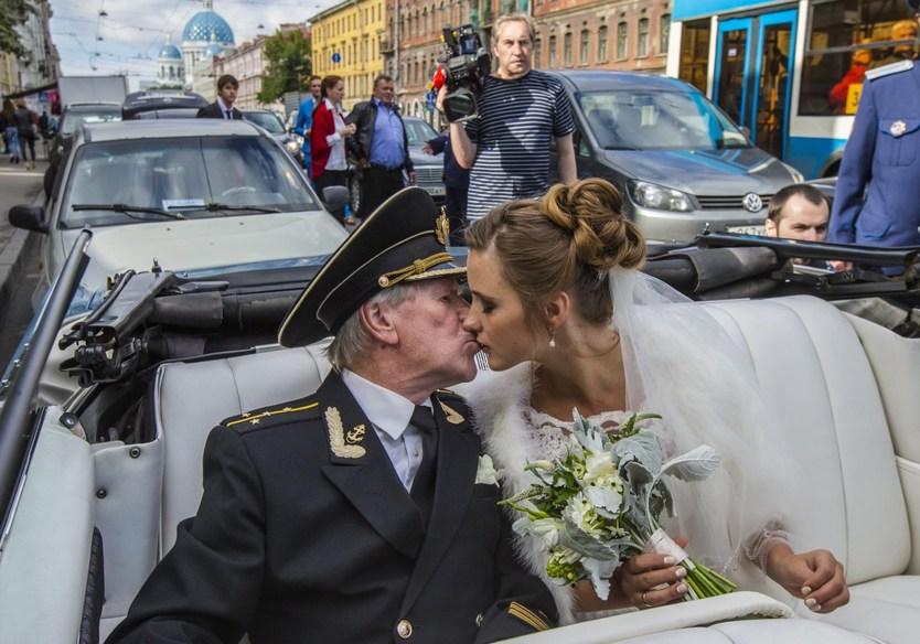 из ЗАГСа Иван Краско с молодой женой уехали на кабриолете