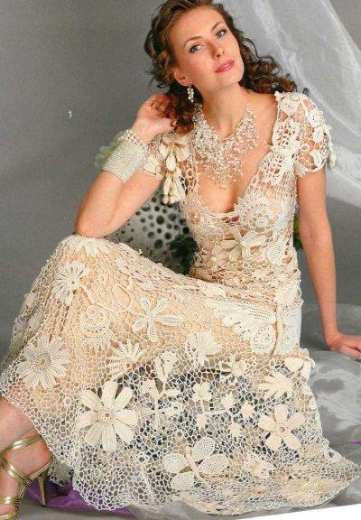 Существуют несколько особенностей выбора вязаного свадебного платья. Наряд должен быть легким. Если планируется многослойность, учитывайте
