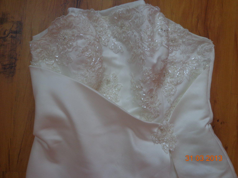 модель ашка- А низкая цена по причине:нужно почистить подол платья.Очень