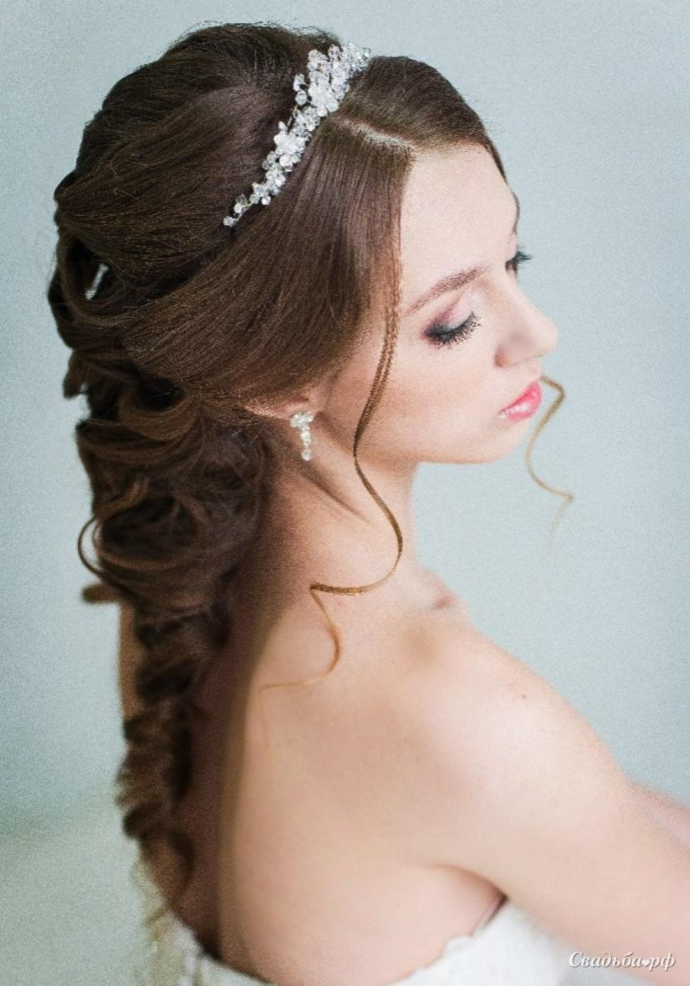 Свадебные прически в греческом стиле с фатой на средние волосы